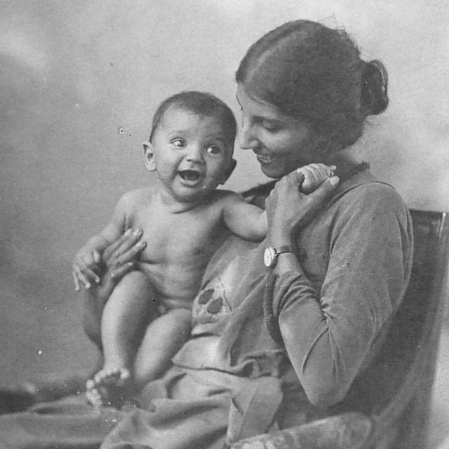 Dorothy Bonarjee con su hijo, Denis, que murió en la infancia.