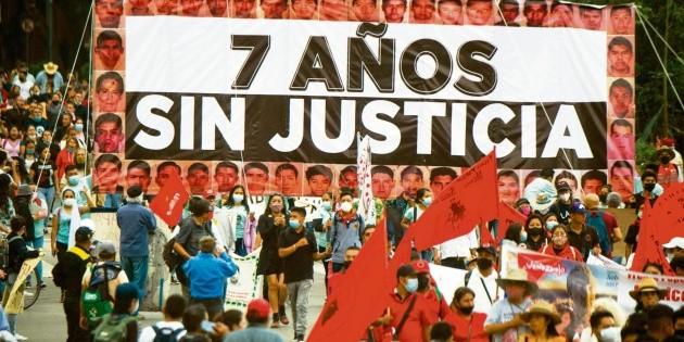 A 7 años, protestan en CDMX por desaparición de los 43