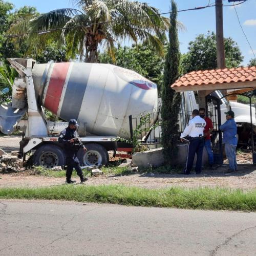 Se le poncha llanta a revolvedora y tumba parte de un domicilio en Navolato – Luz Noticias