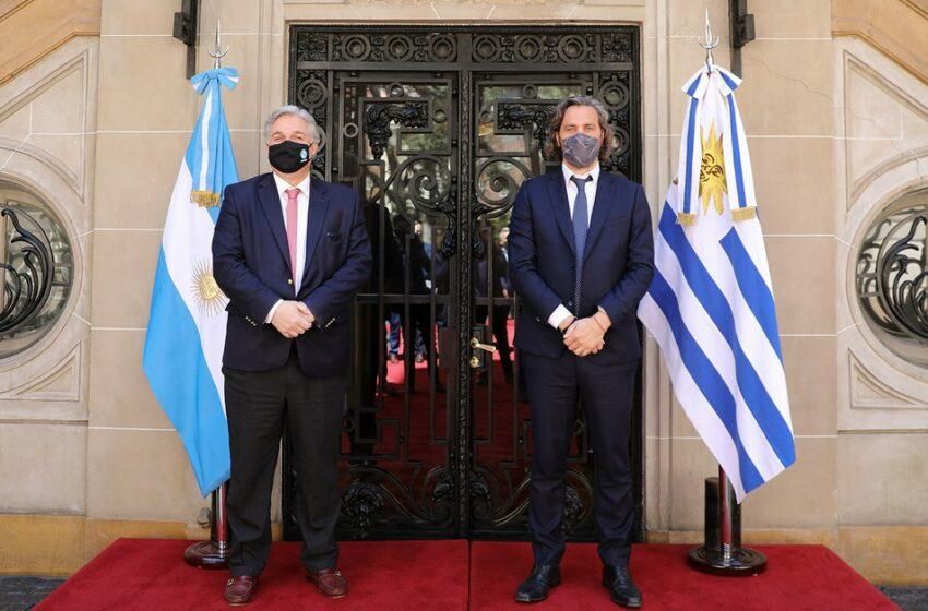 Santiago Cafiero intenta un acercamiento diplomático con Uruguay y acordó mantener dos reuniones bilaterales