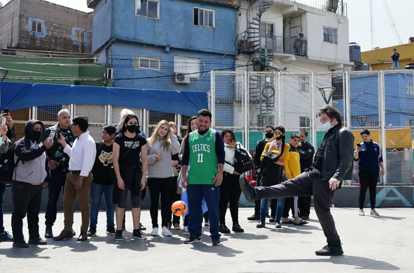 Javier Milei volvió a recorrer la Villa 31, uno de los barrios carenciados donde el kirchnerismo perdió más apoyo